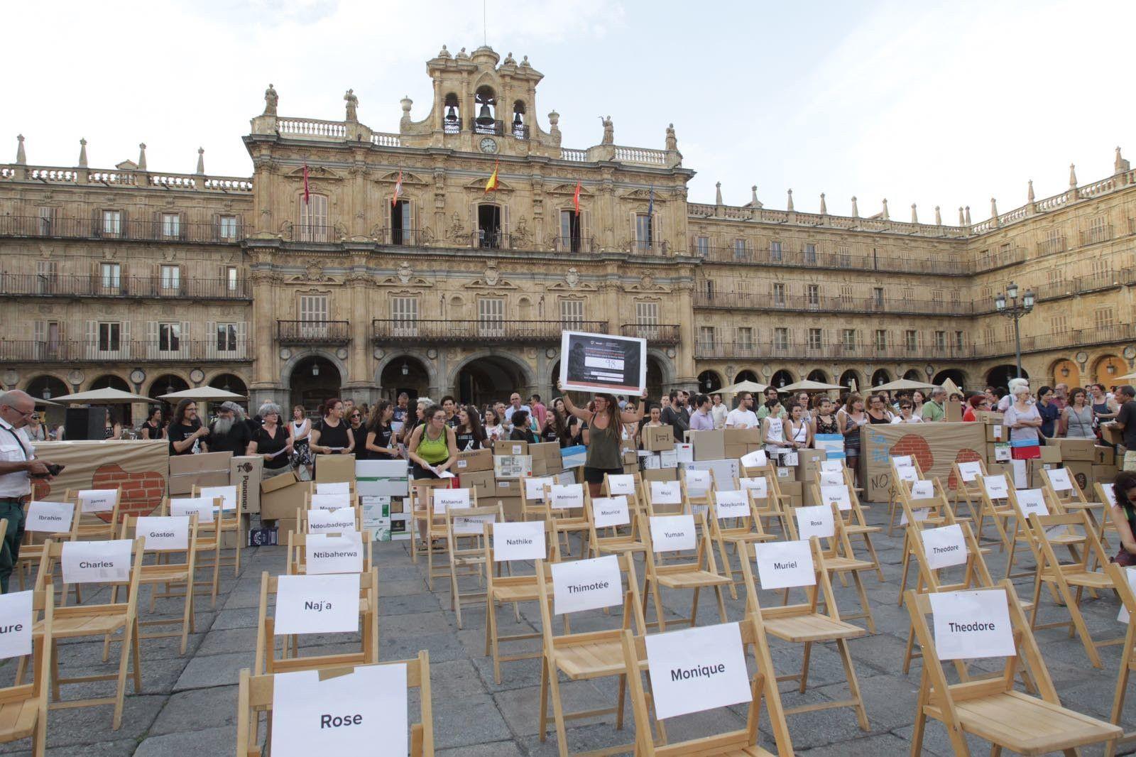 Actos simb licos por los refugiados en la plaza mayor for Cerrajeros salamanca 24 horas