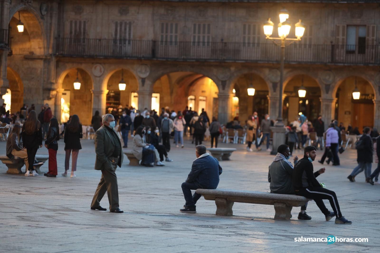 Buen ambiente de sábado antes del toque de queda en Salamanca (2)