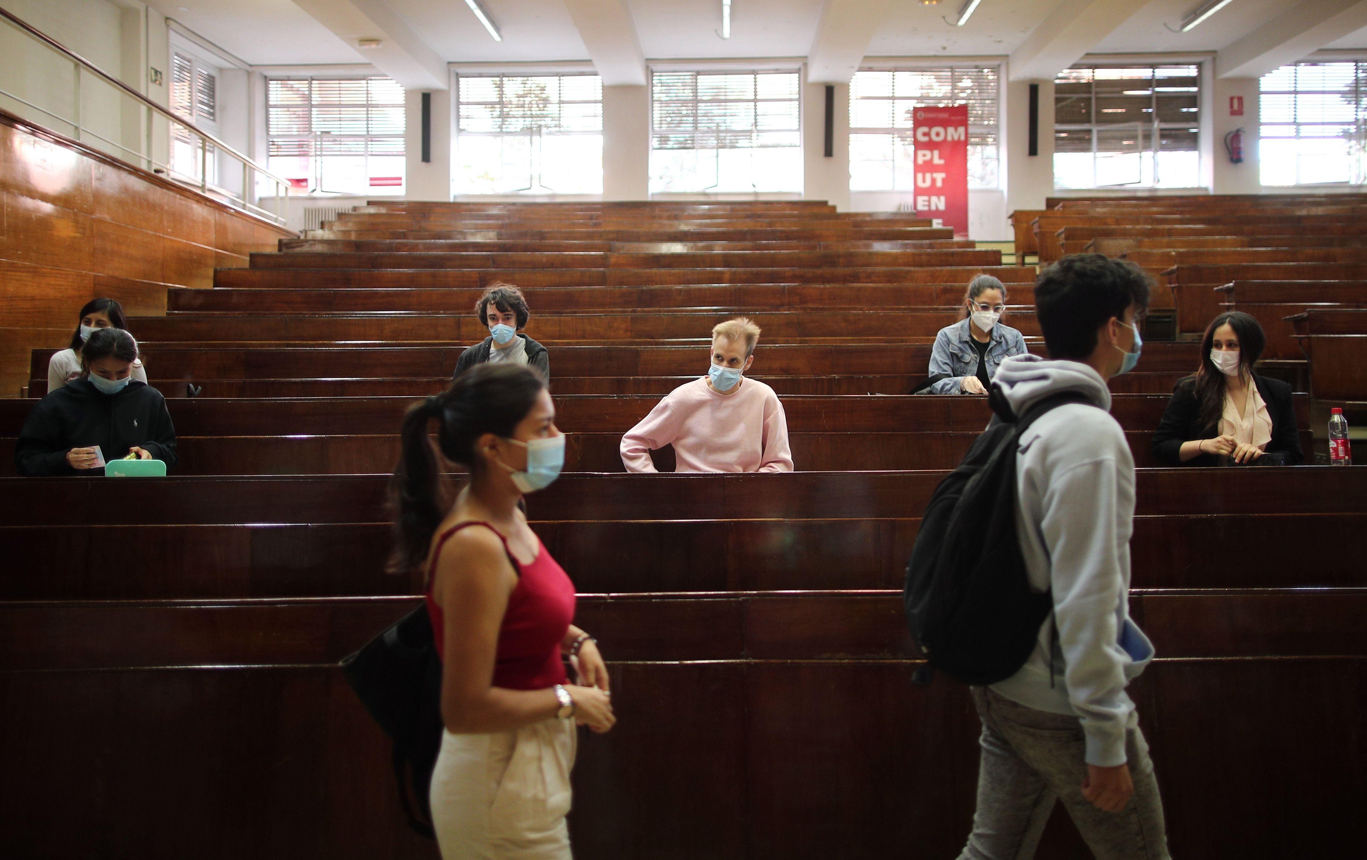 Archivo - Varios alumnos en la Facultad de Derecho de la Universidad Complutense de Madrid (UCM) para realizar los exámenes de la EBAU el pasado año