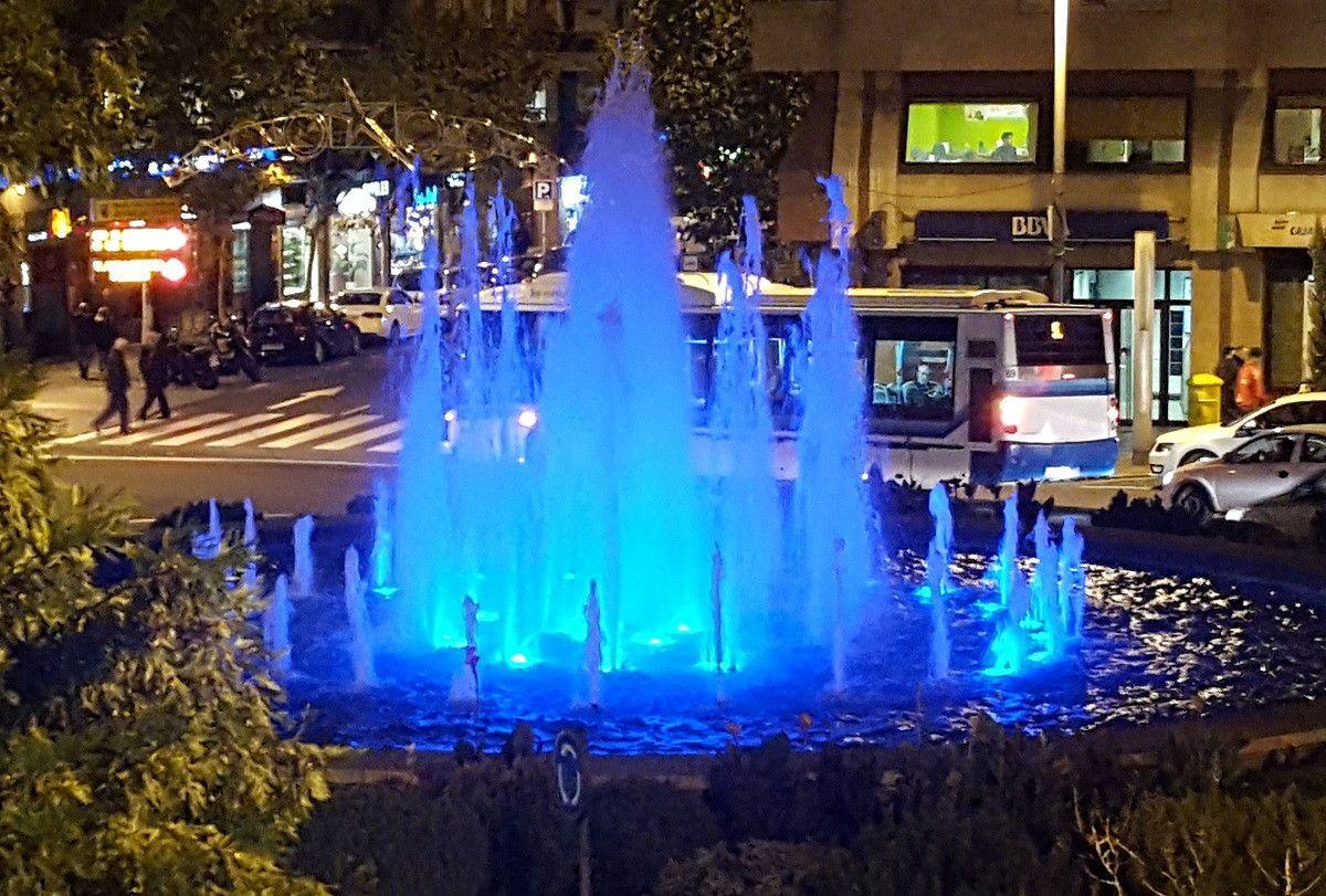 La fuente de la puerta zamora se ilumina de azul y for Puerta zamora salamanca