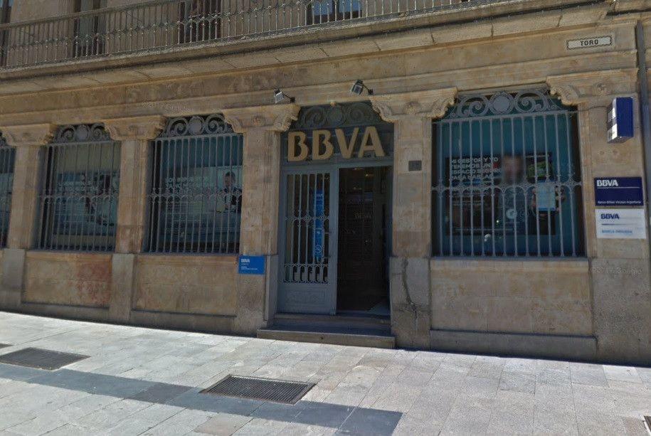 La oficina del bbva de la plaza del liceo sufre un peque o for Oficina bbva