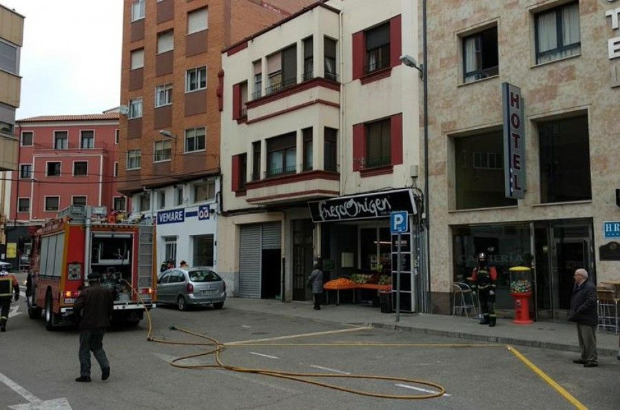 Un posible escape de gas moviliza a los bomberos en la plaza de la Puebla
