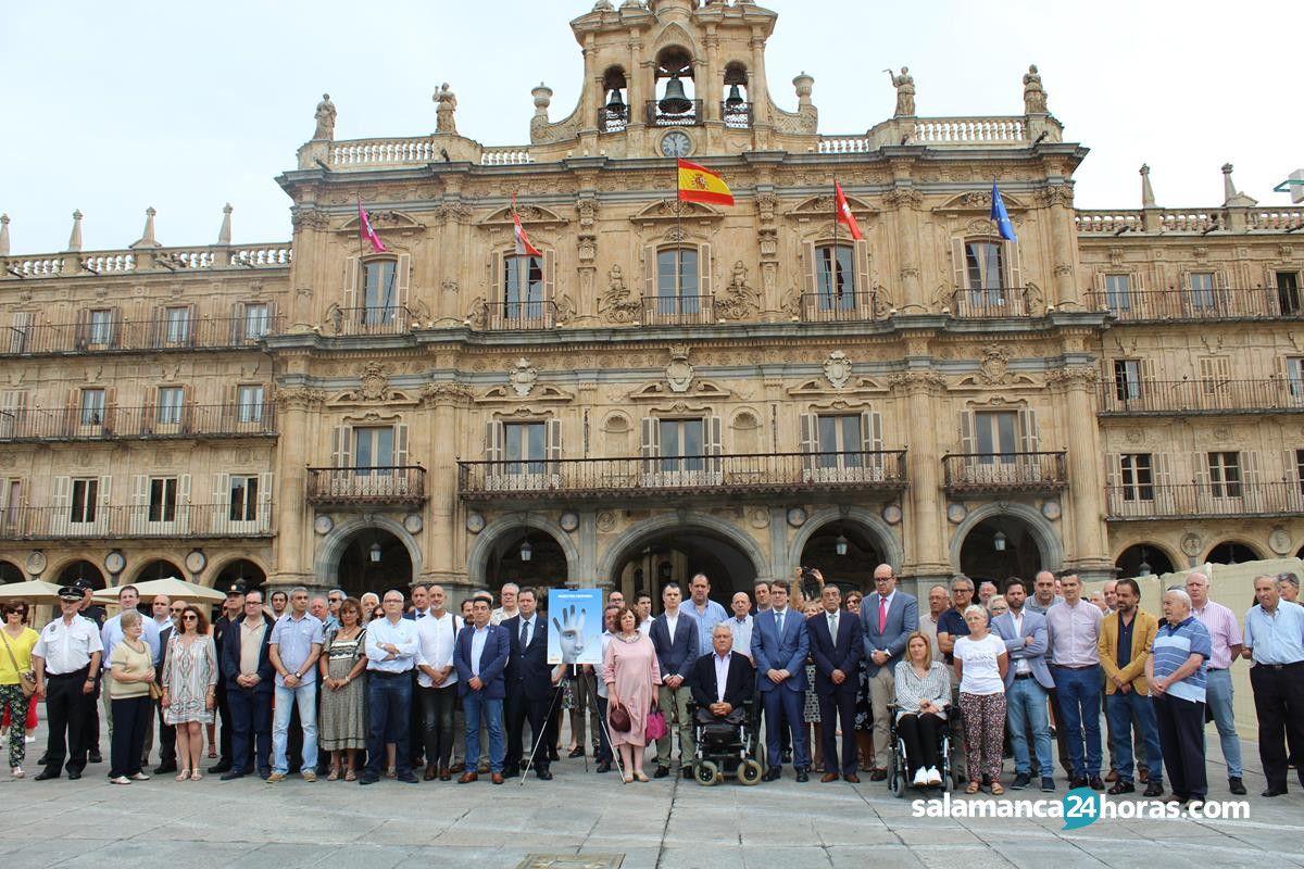 Salamanca se concentra y guarda un minuto de silencio en for Cerrajeros salamanca 24 horas