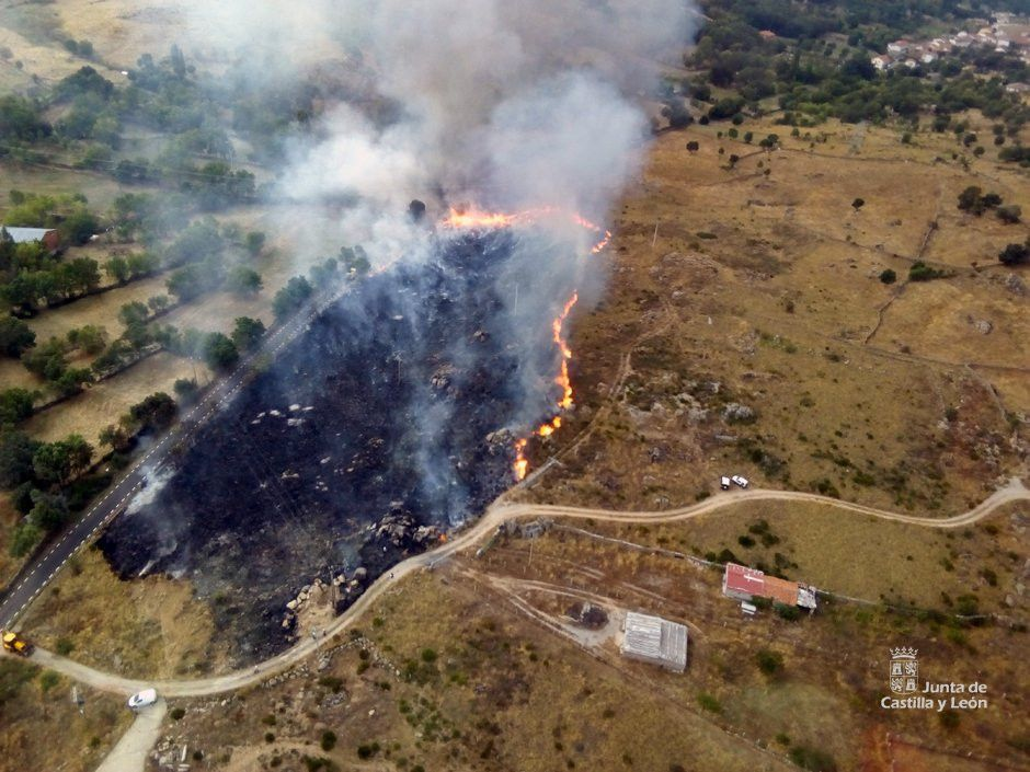 Importante despliegue de medios para extinguir un incendio declarado en Fresnedoso