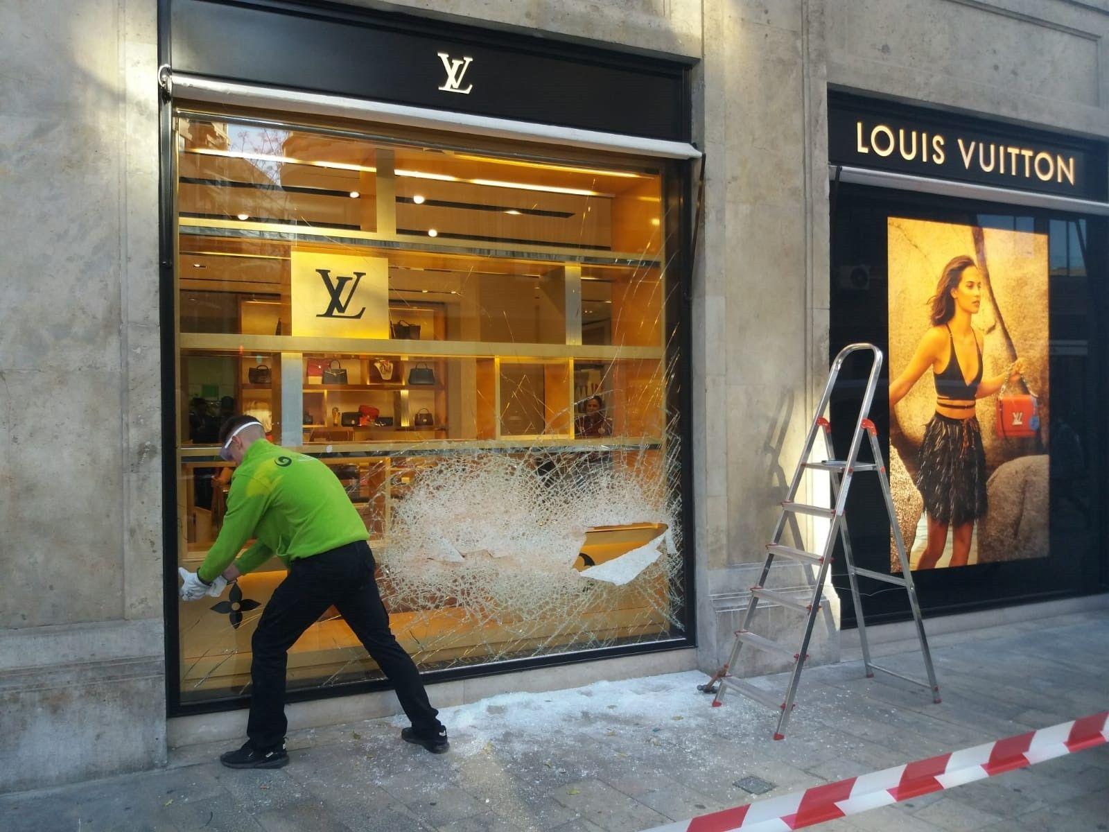 b7deac728 Un ladrón acaba en el hospital tras un tiroteo con la Policía después de  atracar con otros dos asaltantes una tienda de Louis Vuitton
