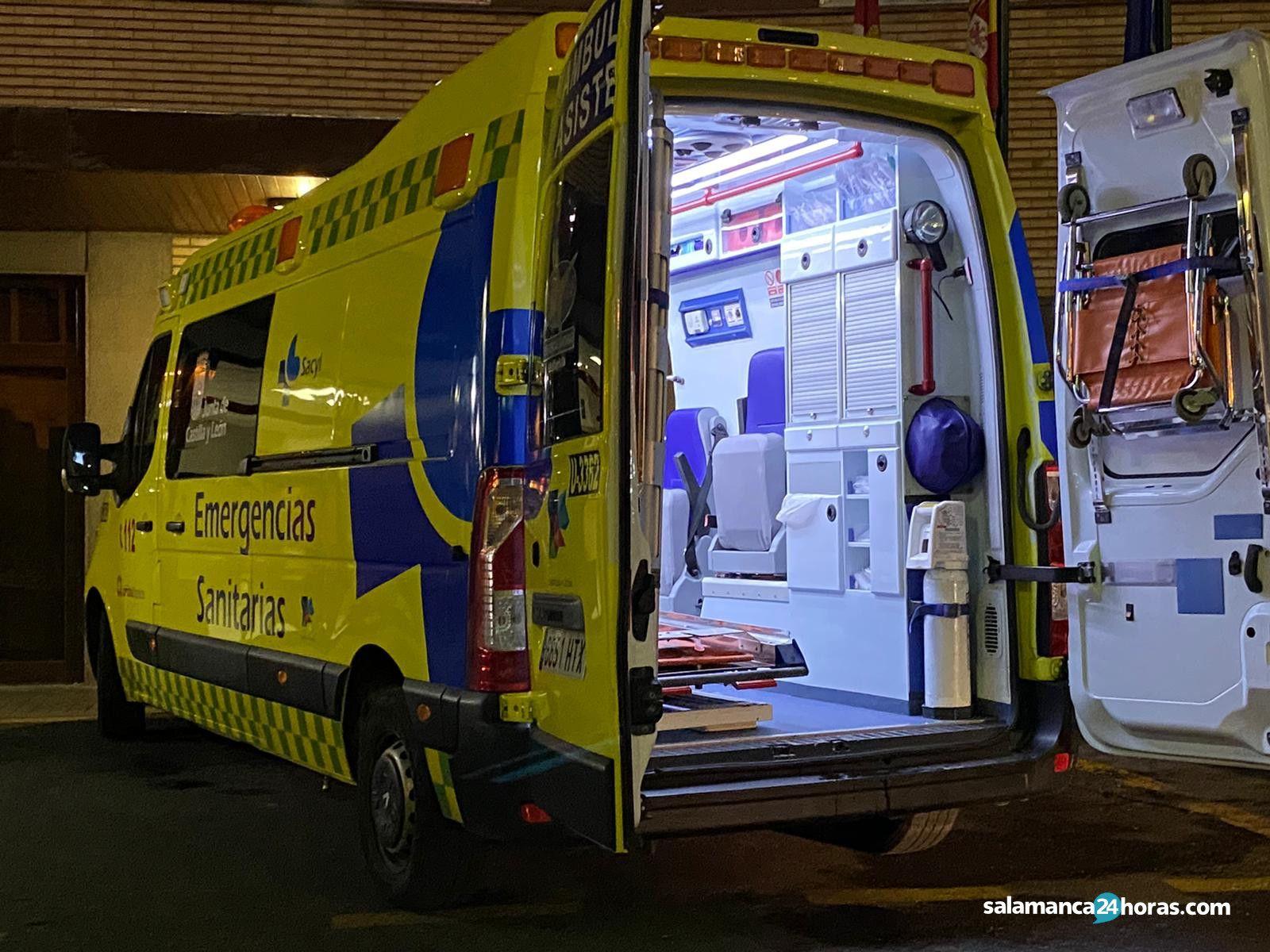 Trasladan a un joven en ambulancia después de ser atropellado por un turismo en la calle Ramón y Cajal