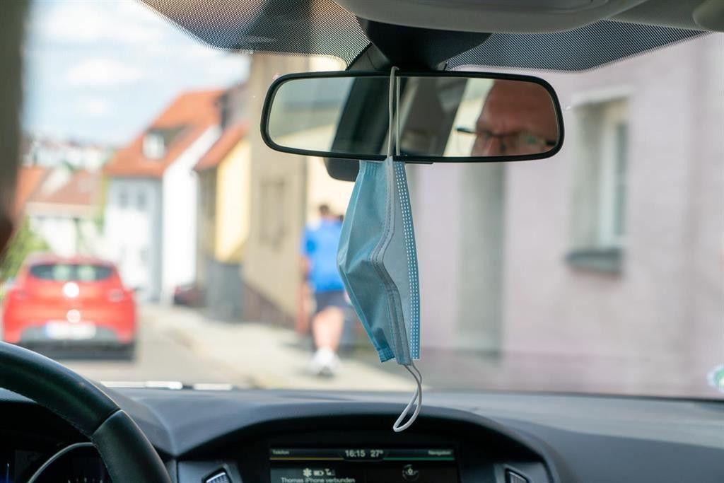 ¿Es legal llevar la mascarilla colgando del espejo retrovisor cuando vas en el coche?