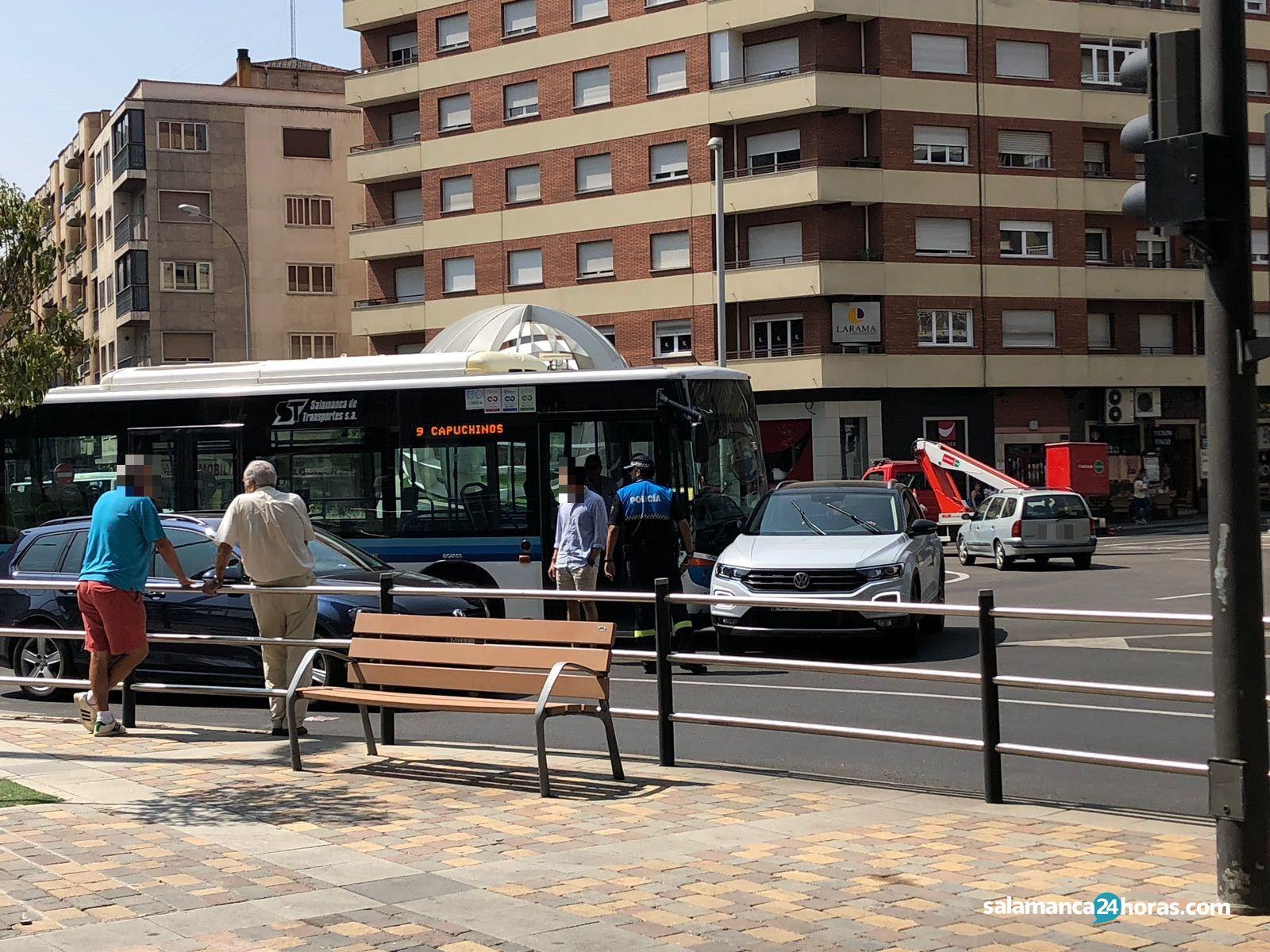 Accidente Autobús Coche rotonda UDS (2)