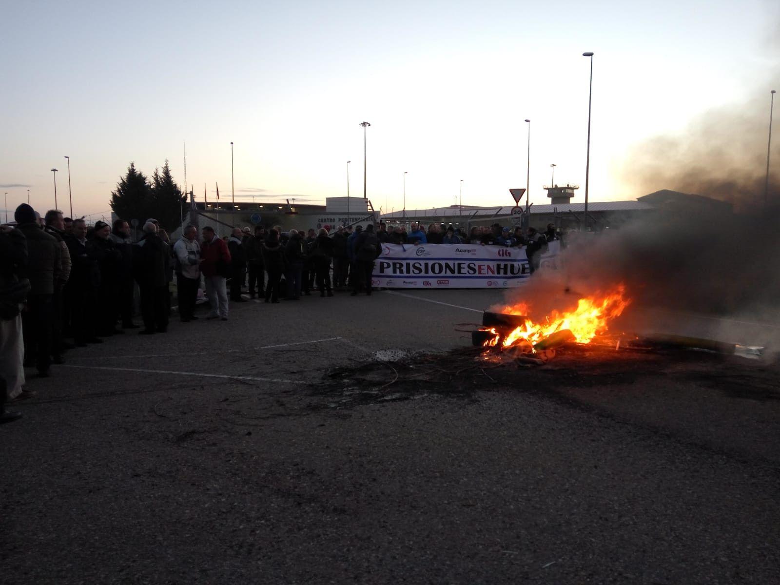 Barricada de fuego en huelga de funcionarios de prisiones en Leu00f3n