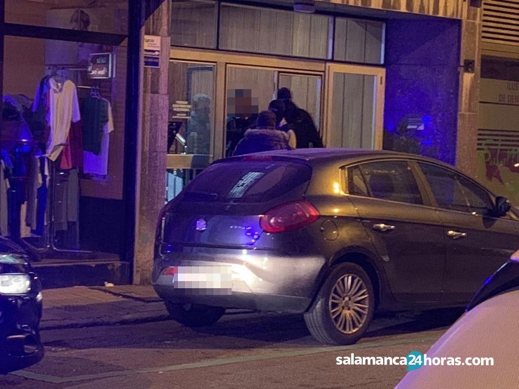 Policía en la calle Joaquín Costa 5