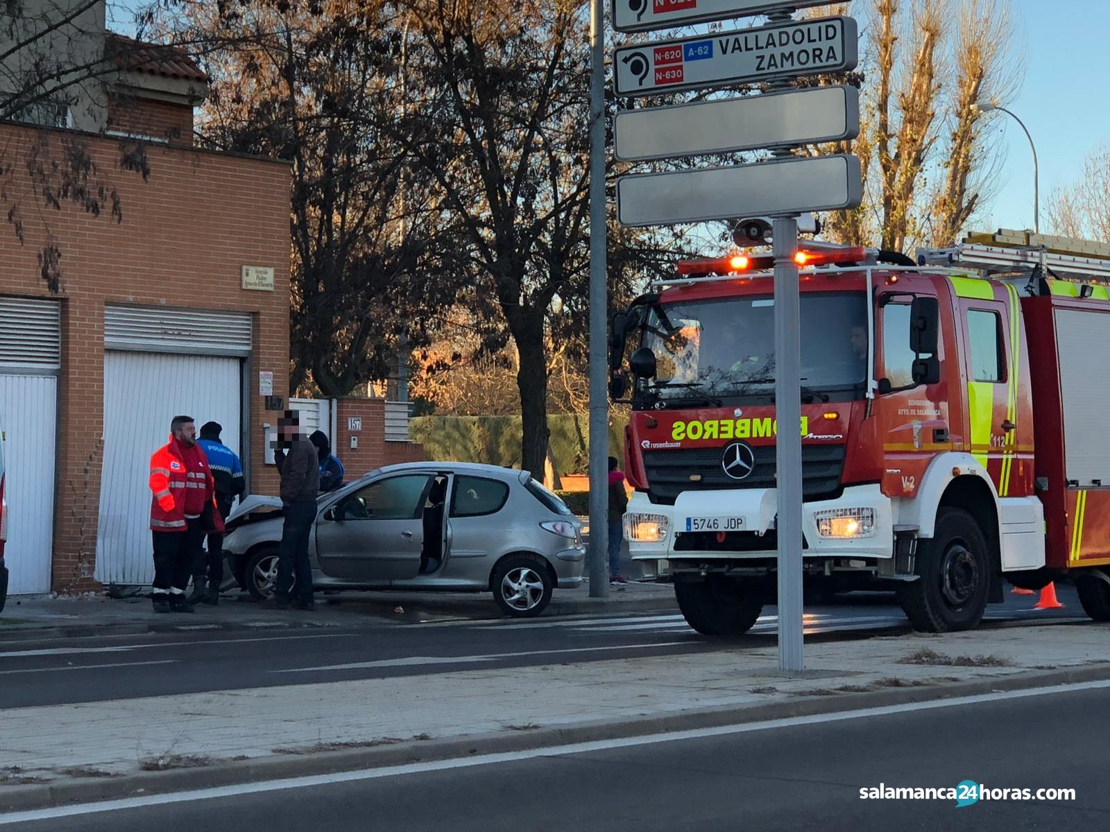 Bomberos accidente avenida Padre Ignacio Ellacuria (4)