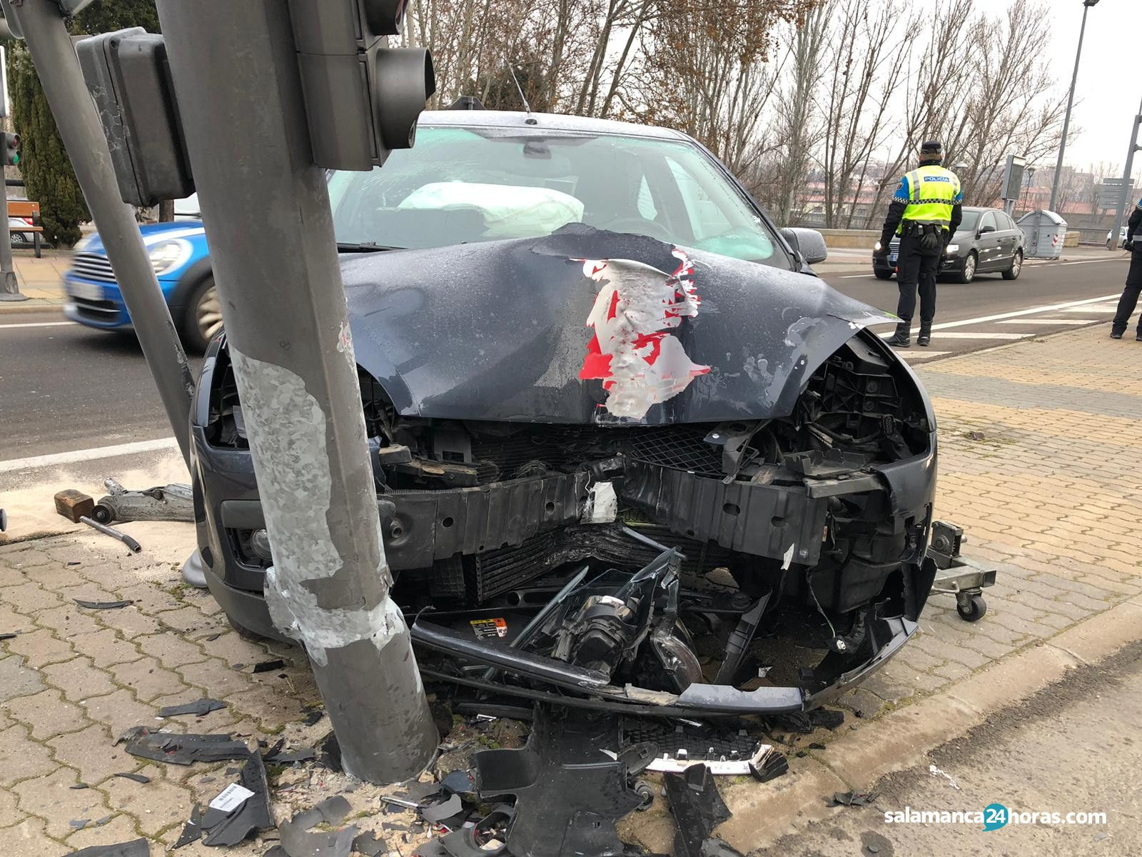 Accidente Reyes de España semáforo (2)