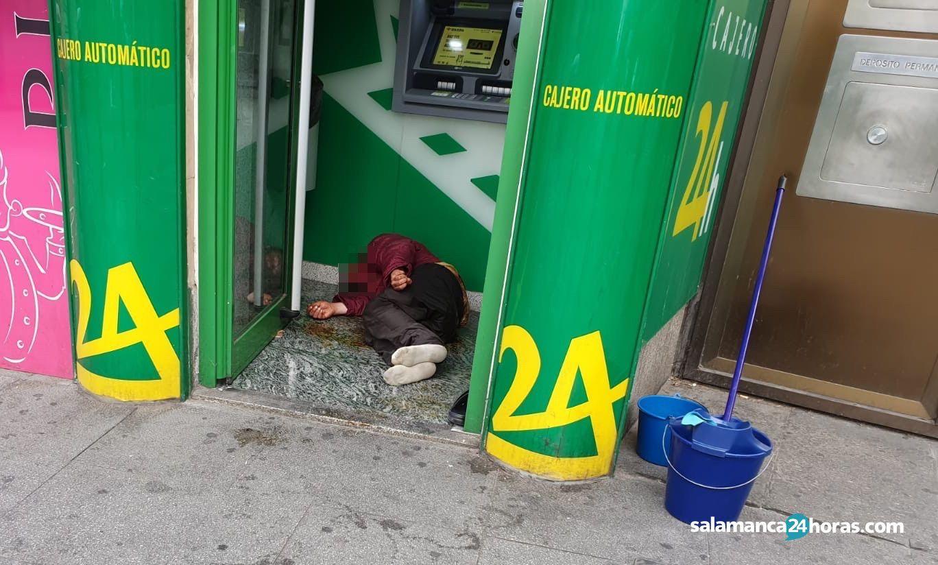 Policía con indigente en cajero de Caja Rural 3