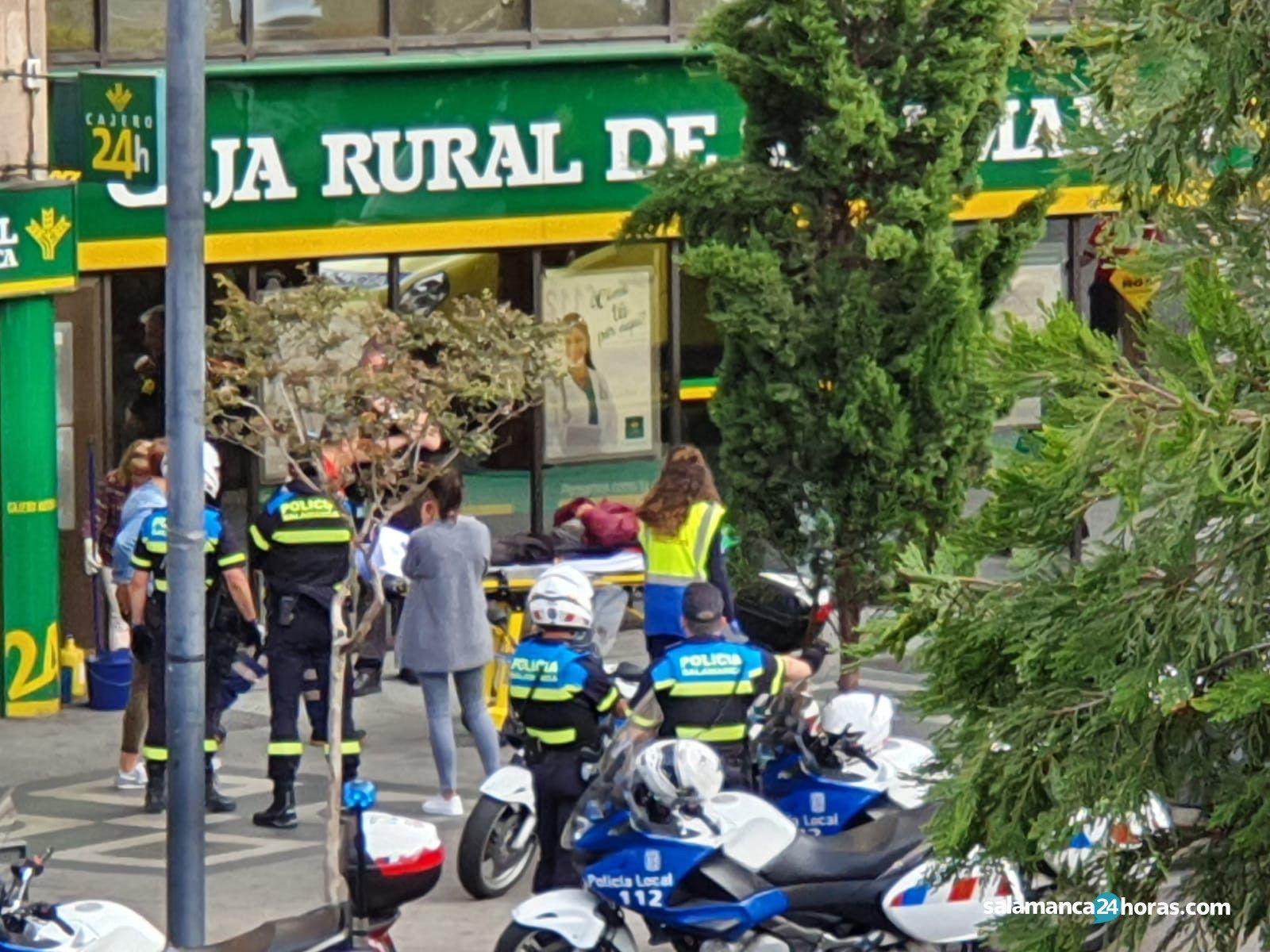 Policía con indigente en cajero de Caja Rural 4