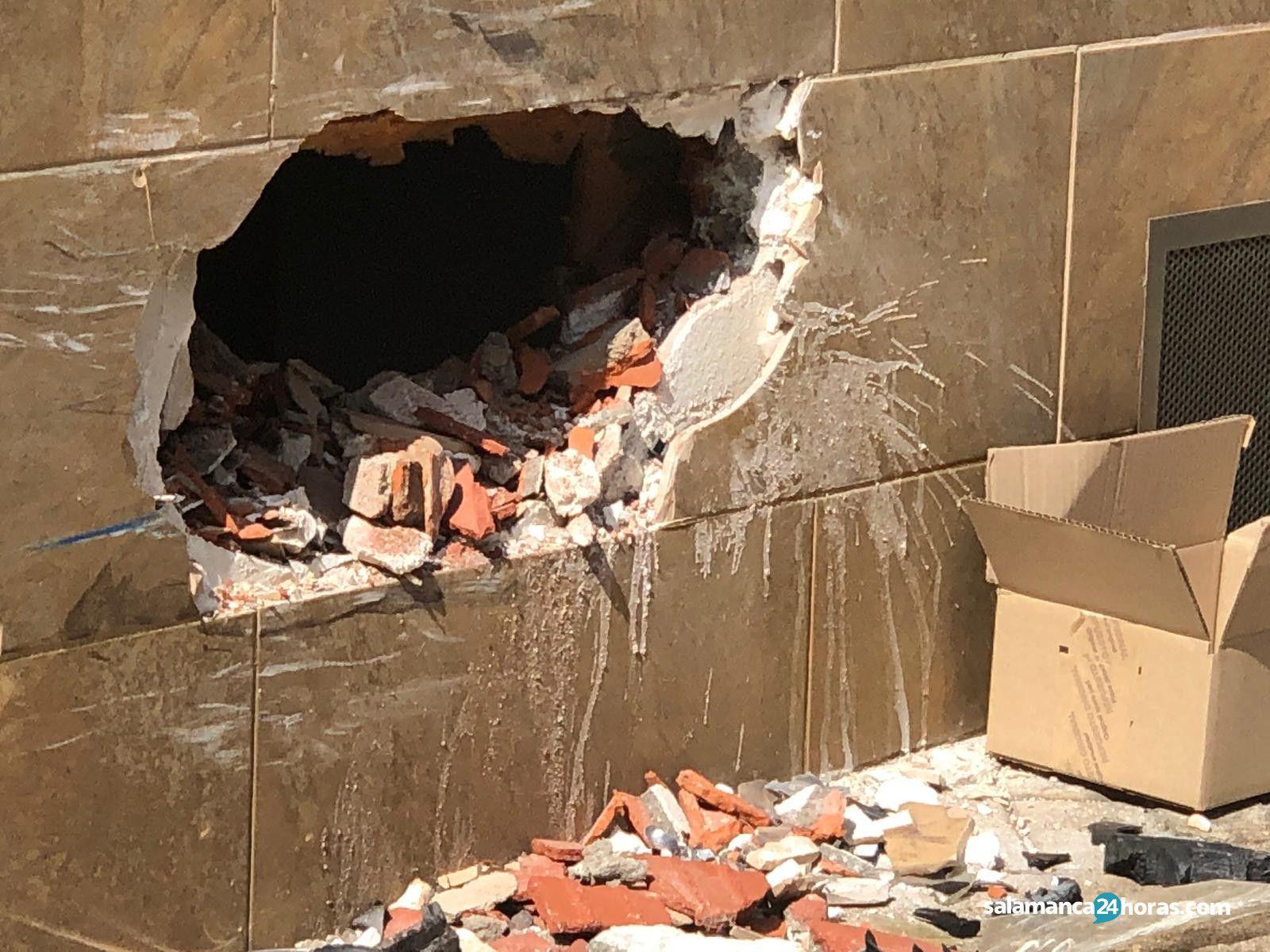 Coche empotrado contra vivienda en la calle fray luis de  granada (1)
