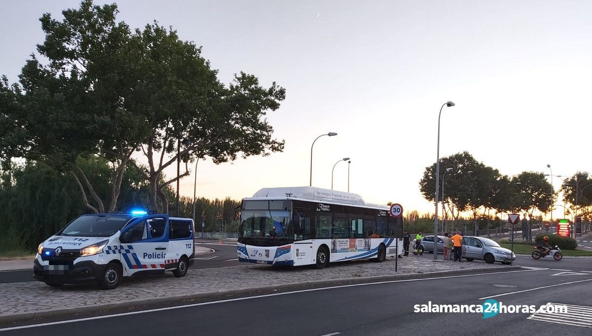 Colisión autobús urbano y vehículo glorieta de los Milagros (2)