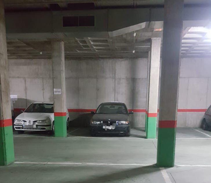 Coche aparcado Parking Local