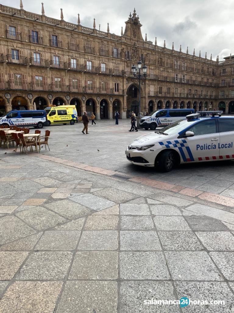 Policía y ambulancia en Plaza Mayor (1)