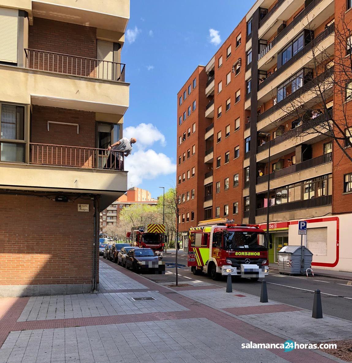 Bomberos en calle del Doctor Gómez Ulla (25 3 2020) (2)