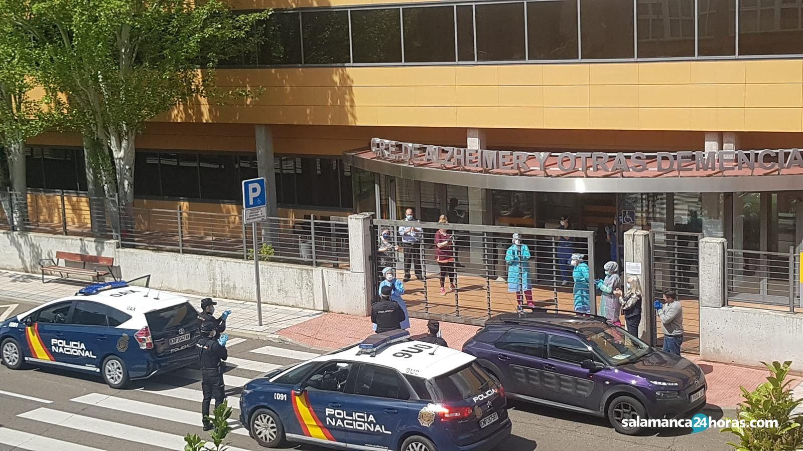 Aplauso mutuo entre policías y trabajadores del centro del Alzheimer (10)
