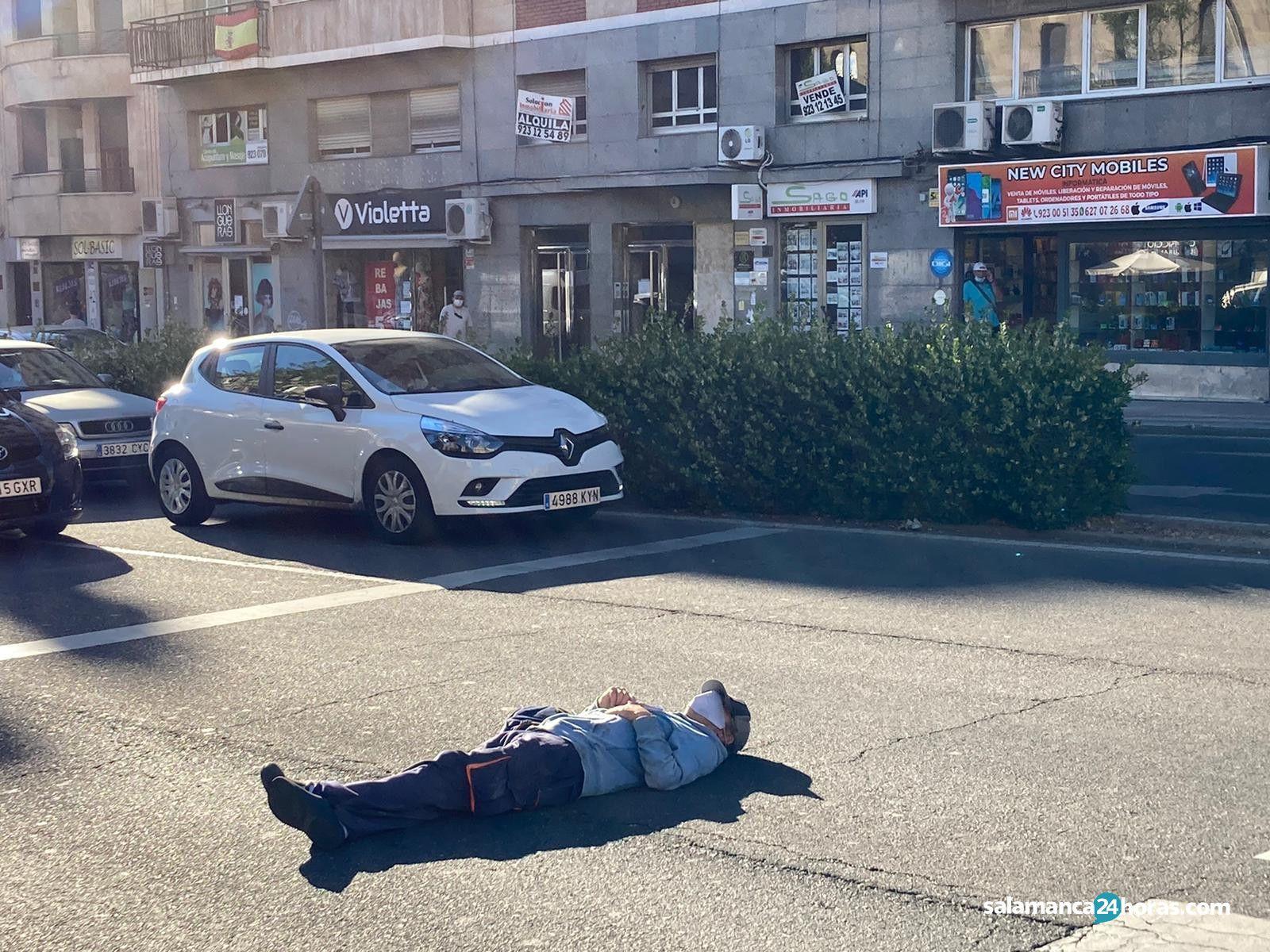 Hombre tumbado en la Puerta de Zamora 2