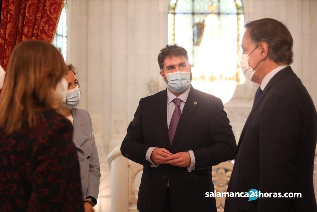 El alcalde de Salamanca, Carlos García Carbayo, recibe a la nueva presidenta del Colegio Oficial de Farmacéuticos de Salamanca, María Engracia Pérez Palomero (4)