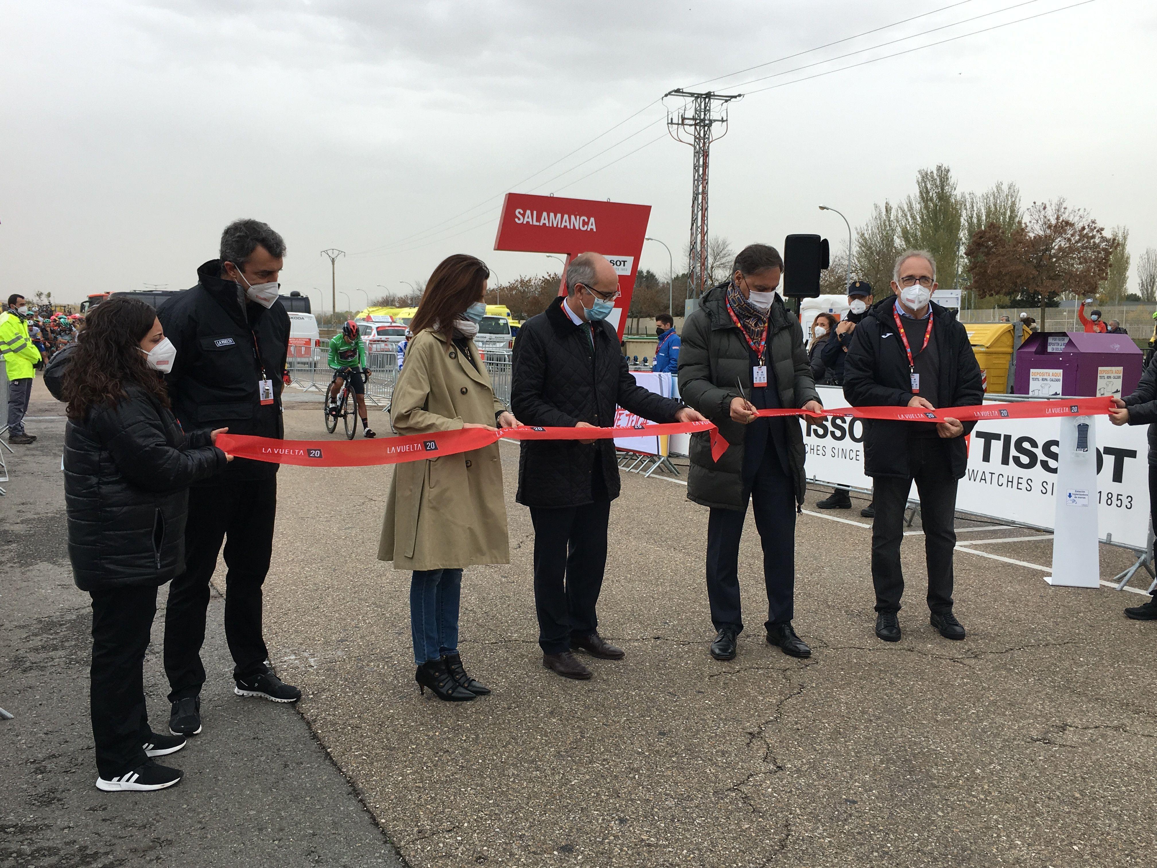 Vuelta ciclista a España alcalde y Diputación salida aldehuela (5)