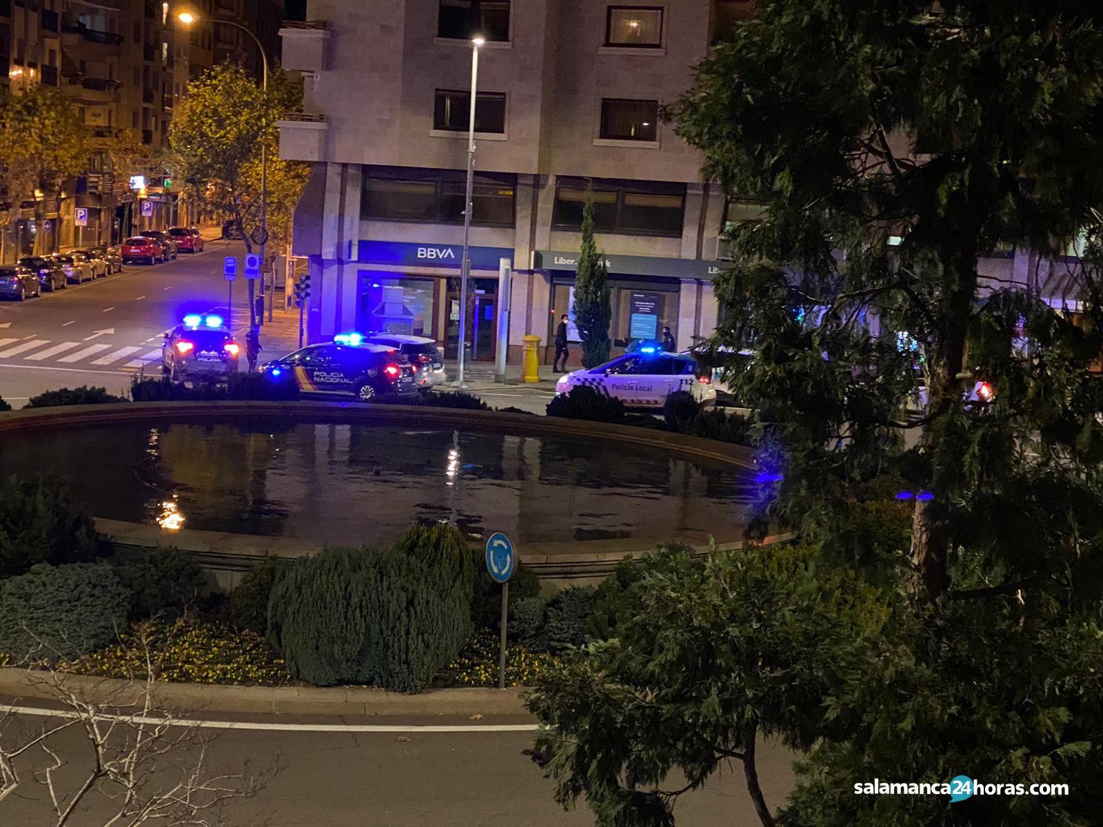 VÍDEO | Se salta el toque de queda y casi es atropellado al caerse en varias ocasiones en Puerta Zamora