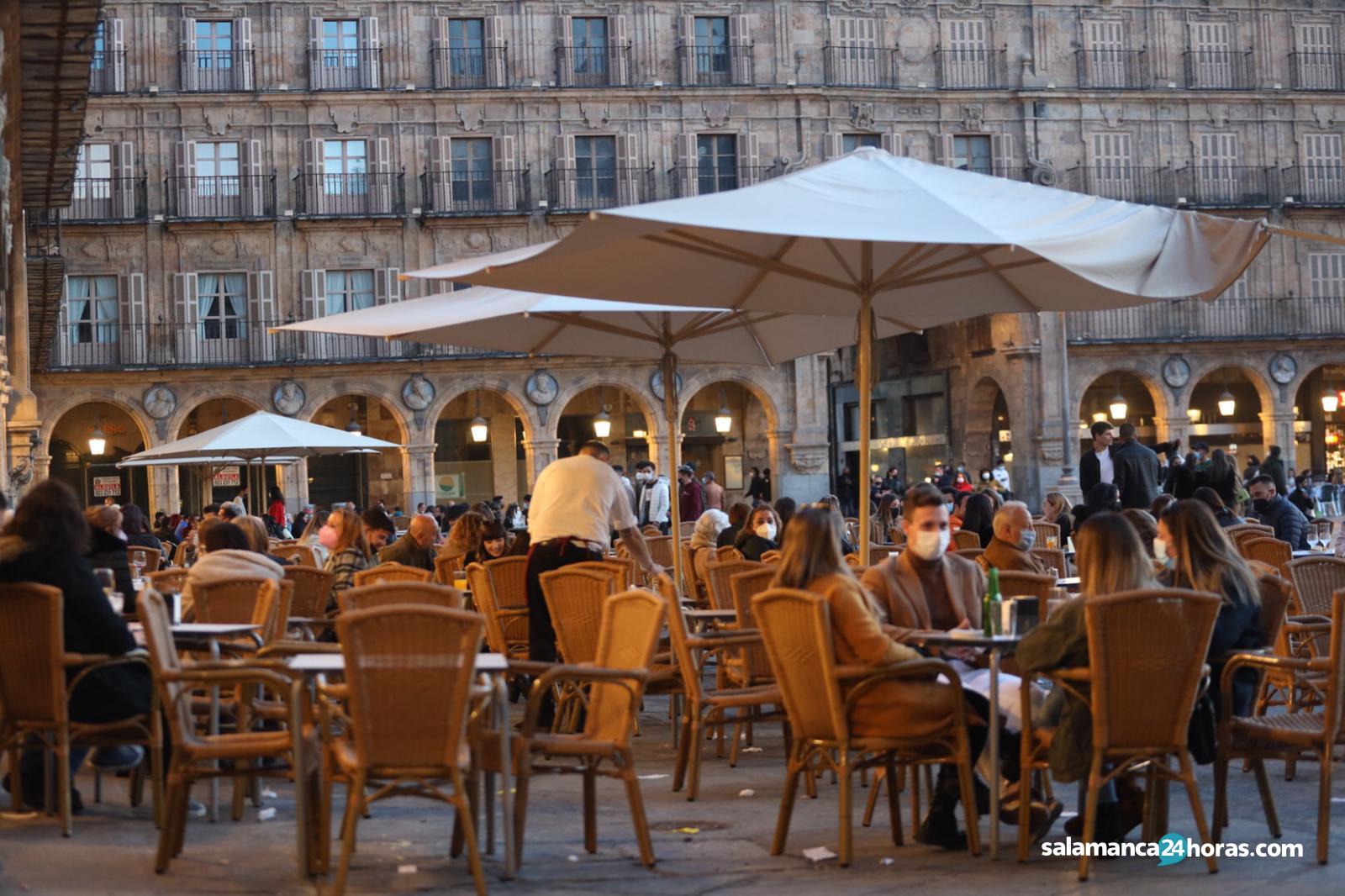 Buen ambiente de sábado antes del toque de queda en Salamanca (4)