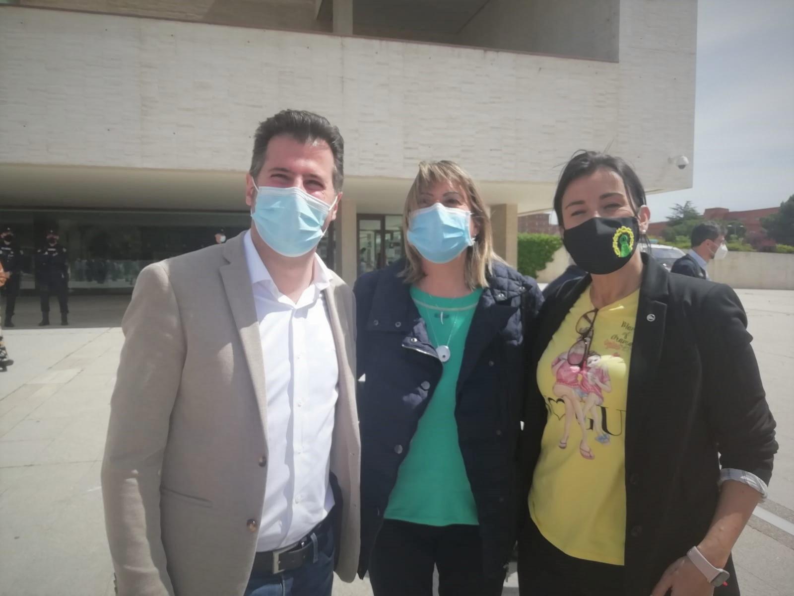 Las Plataformas en Defensa de la Sanidad Pu00fablica inician movilizaciones con un acto simbu00f3lico a la puerta de las Cortes de Castilla y Leu00f3n (3)